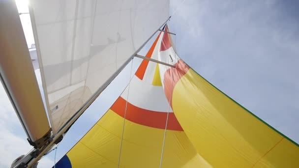 Plachty a lana z jachty na pozadí oblohy na ostrově Kréta.