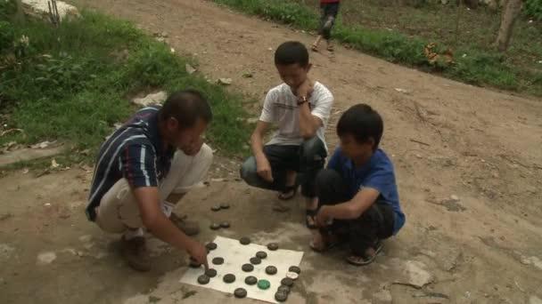 I bambini rurali stanno giocando fuori in provincia
