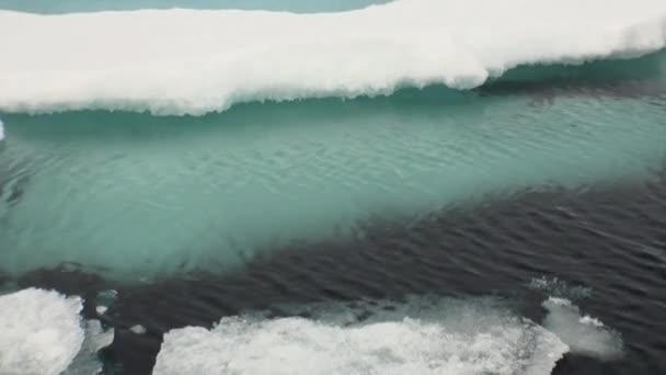 klares kaltes blaues Wasser, Eis im arktischen Ozean.