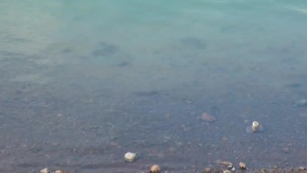 Jasné teplé vody v jezeře gejzír v horách na břehu Severního ledového oceánu Grónsko