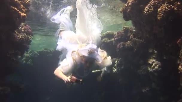 Podvodní model potápěč, v kostýmu pirát plave v čisté vodě v Rudém moři