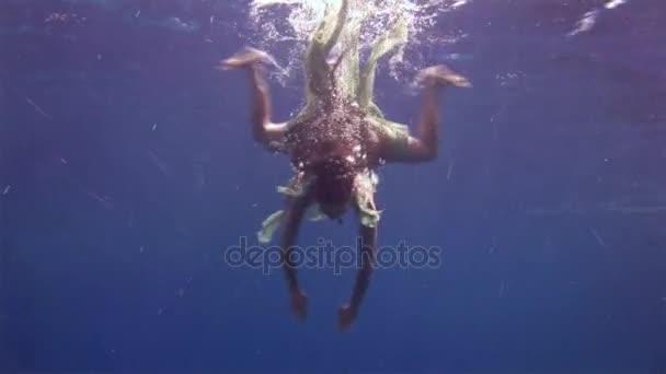 Volný potápěč pod vodou modelu plave v čisté transparentní modré vody v Rudém moři