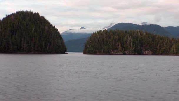 Úžasné krajiny na klidné vodě Pacifiku na pozadí hory na Aljašce.