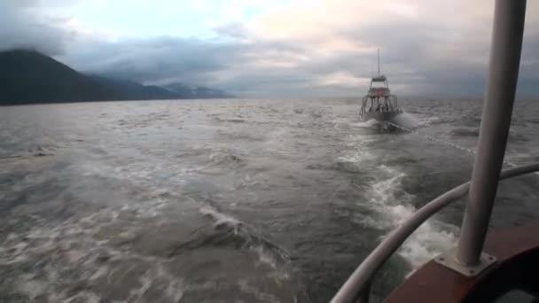 Lodní vlek na vody Tichého oceánu na pozadí hory na Aljašce