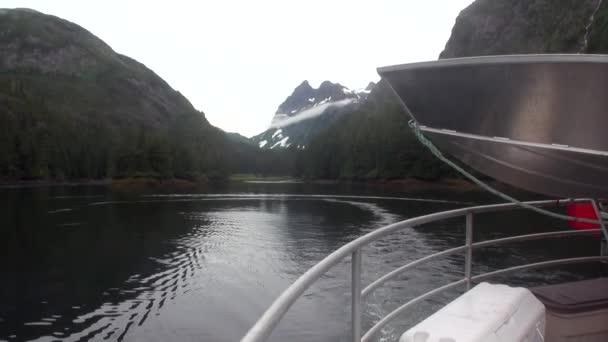 Pohled z lodi za horami na pozadí klidných vod Tichého oceánu.