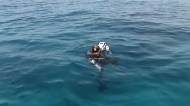 Taucher im Wasser im roten Meer.