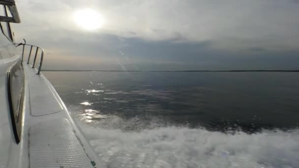 Rada z motorového člunu na pozadí moře obzor v Indonésii.