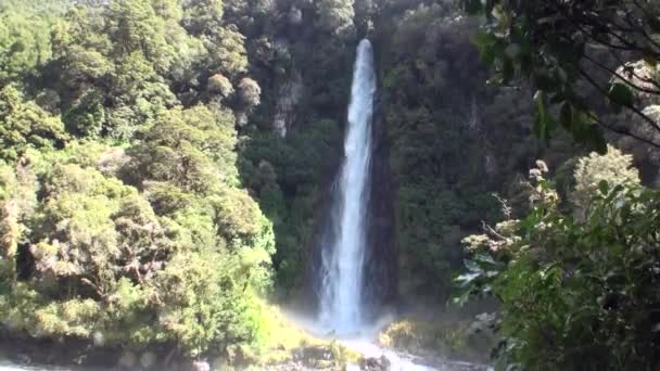 Energia a víz vízesés erdő és hegyek, Új-Zéland