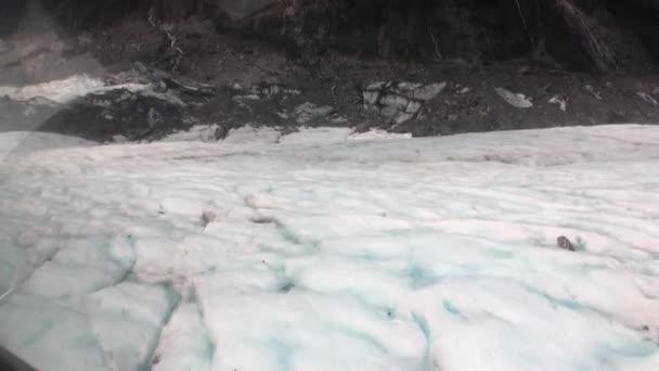 Ledovec v zasněžených hor studený pohled shora z vrtulníku okna Nového Zélandu