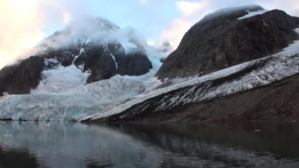 Mozgó jégtáblák, háttérben a hegy, a víz, a Jeges-tenger, a Svalbard.
