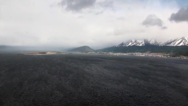Sněhu a Zelená Hora na pobřeží pohled z vrtulníku z Falklandských ostrovů