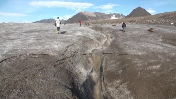 Menschen und Creek von Schmutzwasser als Folge der Erwärmung in der Arktis.