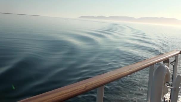 Wellen von Schiff im Ozean der Arktis