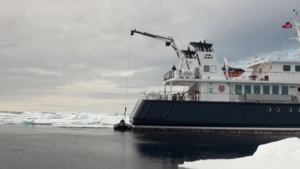 Schiff und Boot auf Grund des Ozeans Eis in der Arktis