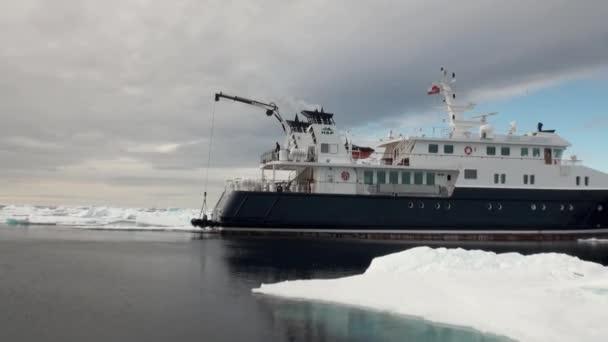Schiff auf Grund des Ozeans Eis in der Arktis.