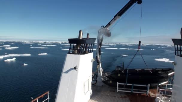 Eis im arktischen Ozean vom Schiff aus gesehen.