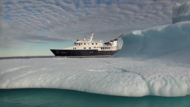Schiff auf Grund des Eisbergs im arktischen Ozean