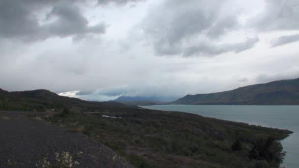 Hegyi folyó és lazítson Patagónia Argentína.