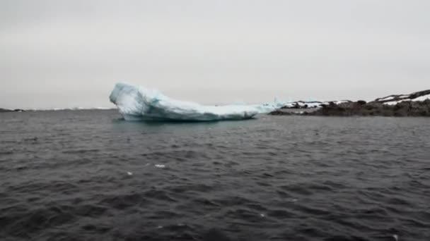 Eisbewegung und Schneeküste im Ozean der Antarktis.