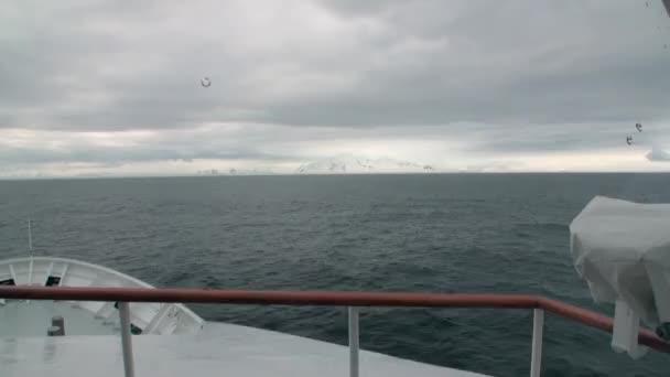 Zasněžené hory a ledovec výhled z lodi v oceánu Antarktidy