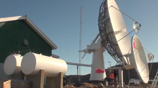 Bahnhof-Sat-Antenne am Ufer von Grönland im arktischen Ozean