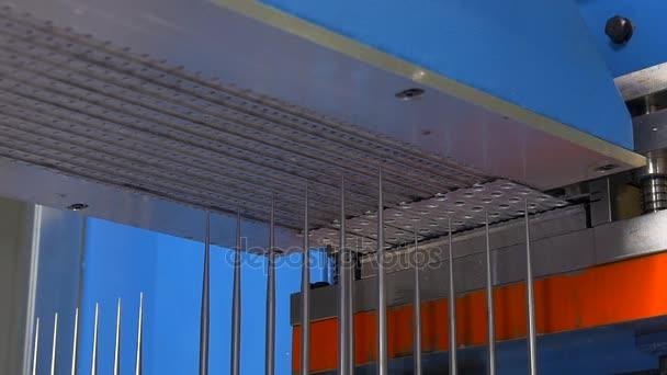 Herstellung von Metallrohren auf industriellen CNC-Maschinen in Fabrik-Zeitlupe.