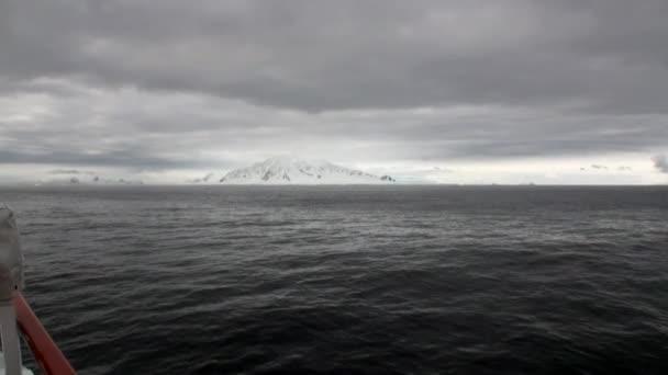 Sníh pobřeží pohled z lodi v oceánu Antarktidy