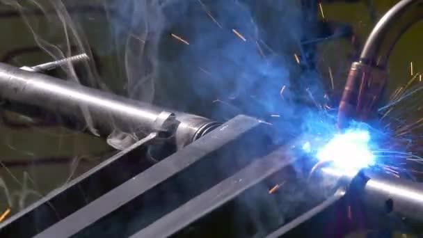 Metall-Eisen-Laser-Argon-Schweißroboter in Fabrik-Zeitlupe.