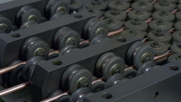 Herstellung von Metallrohren auf industrielle CNC-Maschine in Zeitlupe Fabrik.