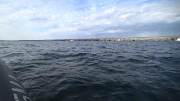 Gumový člun do vody Severního ledového oceánu na nové zemi Vaigach.