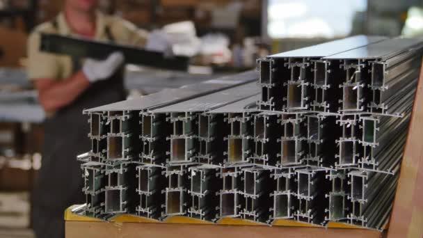 Pracovní uložení hliníkový profil v továrně na výrobu plastových oken