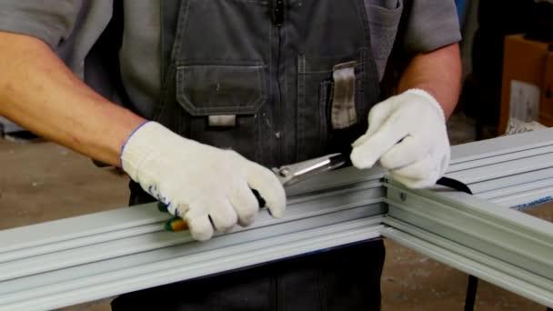 Pracovní řezy s nůžkami tmel pro plastová okna z hliníkových profilů
