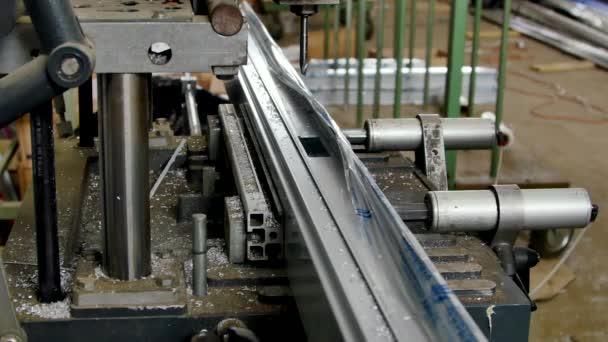 Vrtání s hliníkového profilu na frézovací stroj