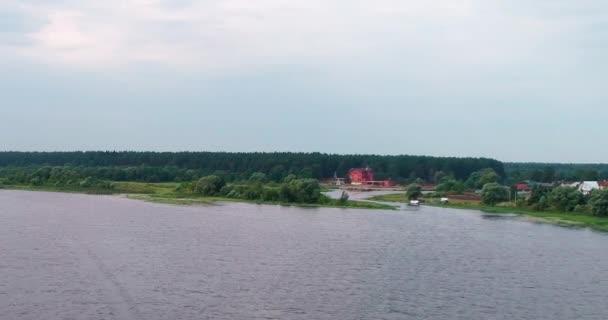 Vesnice na Volze řeku letecký pohled od Kvadrokoptéra létání nad lesní