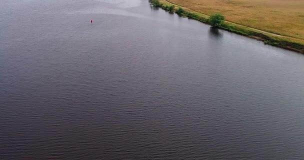 Polní cesta poblíž Volga řeku letecký pohled od Kvadrokoptéra létání nad Les