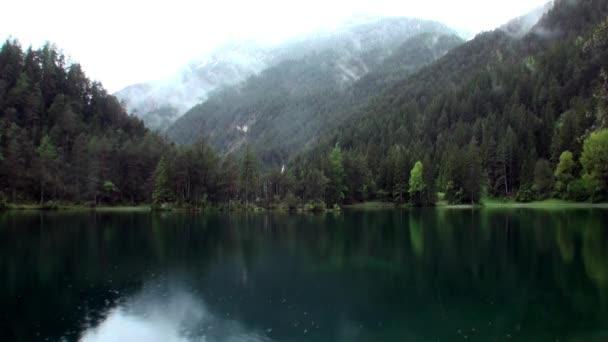 Fernsteinsee smaragdově zelené horské jezero v horského průsmyku Fern Pass v Nassereith Tyrolsko.