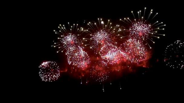 Tűzijáték jeleníti meg a fekete háttér éjjel.