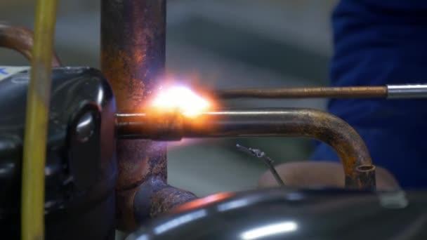 Ruční svařování kovů v továrně