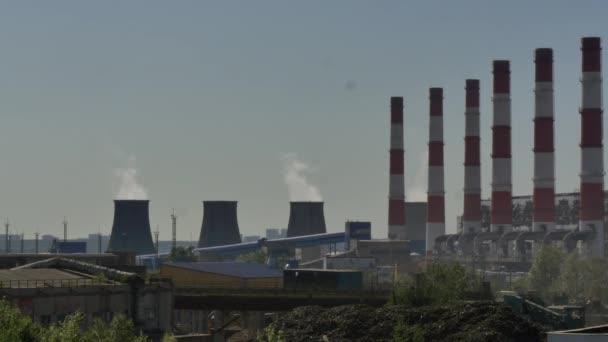 Průmyslové potrubí rostlin komína kouř.