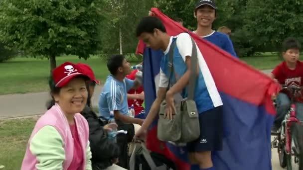 Ritratti di persone asiatiche sulla vittoria di squadra internazionale.