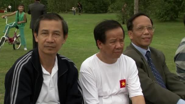 Ritratti di uomini asiatici sulla vittoria di squadra internazionale.