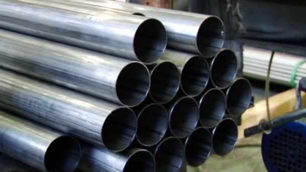Rohre aus rostfreiem Stahl sind ein Fertigprodukt des Walzens von Metall in der Fabrik.
