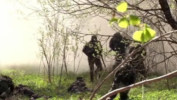 Airsoft-Spieler rennen durch den Wald