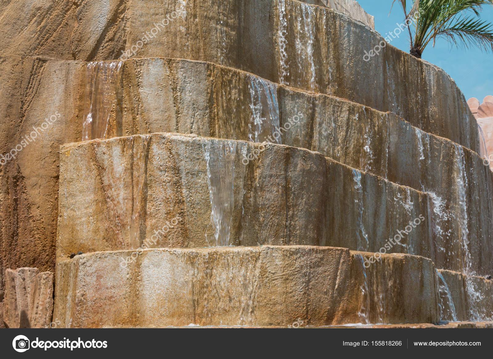 Pareti Con Cascate Dacqua : Parete rocciosa è costituita da passi con cascate d acqua u foto