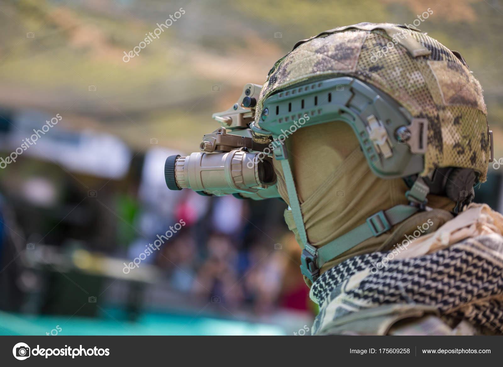 Binokulares nachtsichtgerät auf militärischen helm u2014 stockfoto