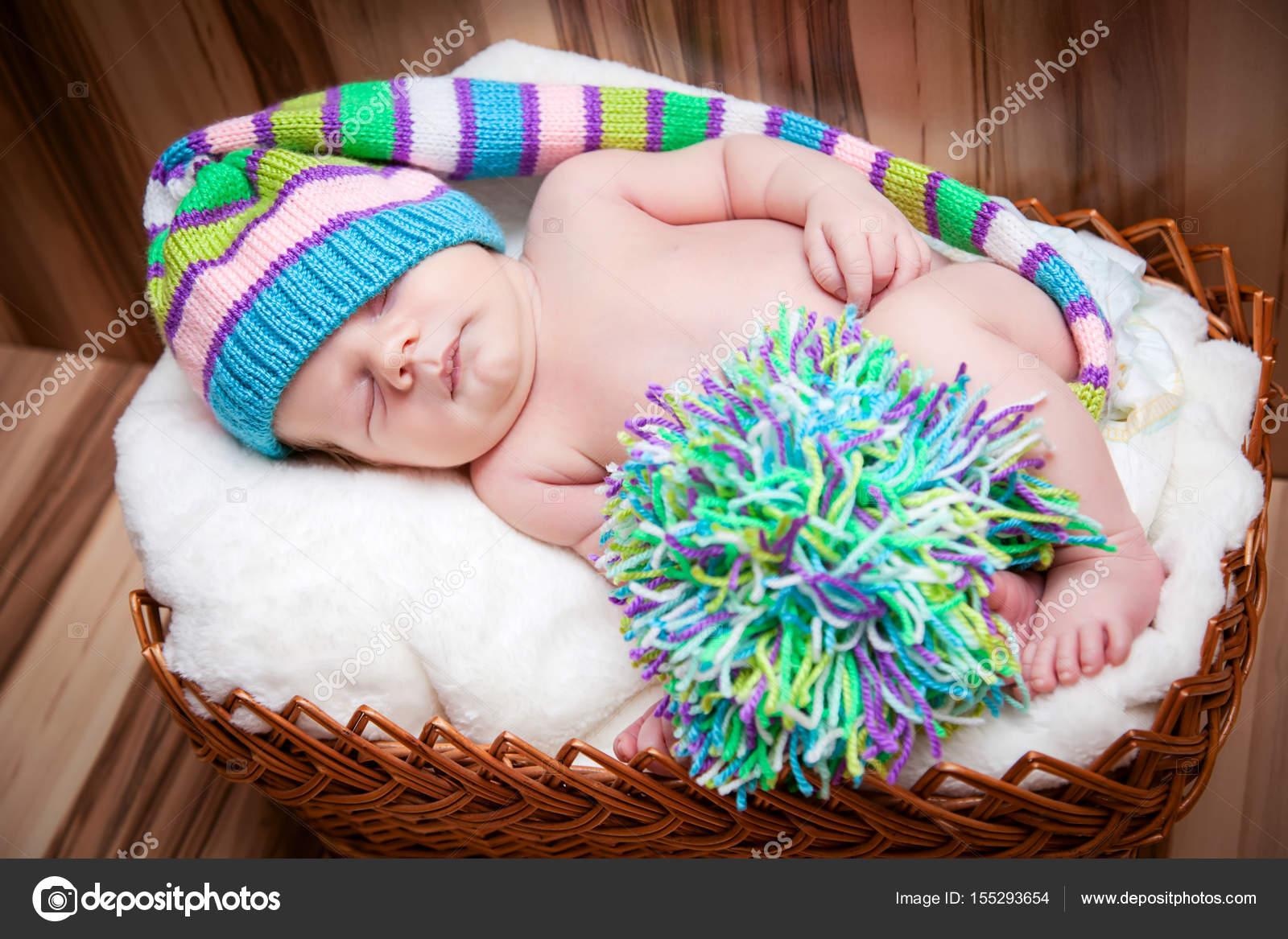 Canasta De Recien Nacido.Encantador Bebe Recien Nacido Nino Duerme En Una Canasta En