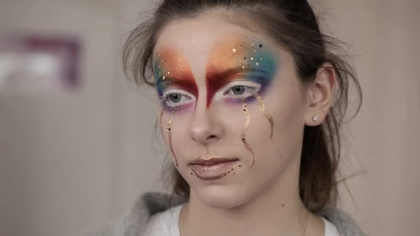A kreatív smink egy szokatlan és titokzatos lány portréja. Divat, alkatrész fogalma, makró