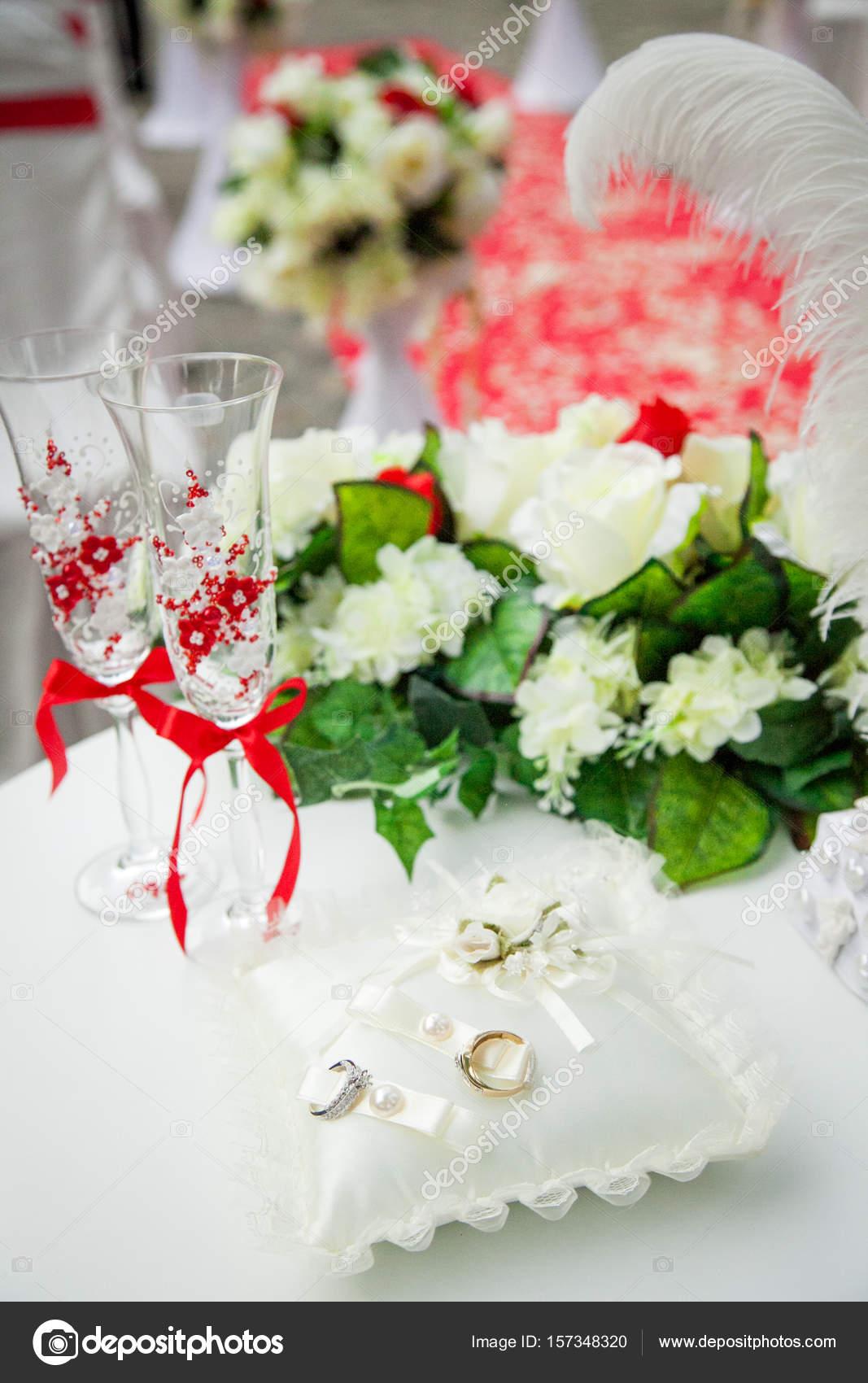 Schone Wunderschone Hochzeitsdekoration In Rot Und Weiss Blumen
