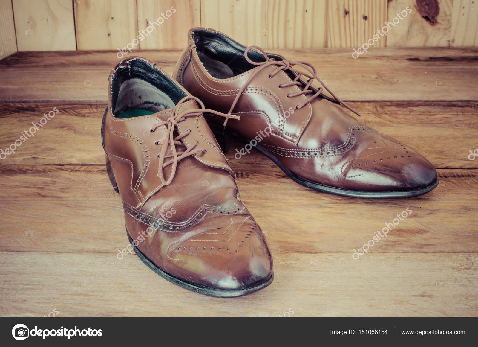 Color Los Suelo Zapatos Foto Sobre Hombres Marrón De Un Madera— P8On0wkX