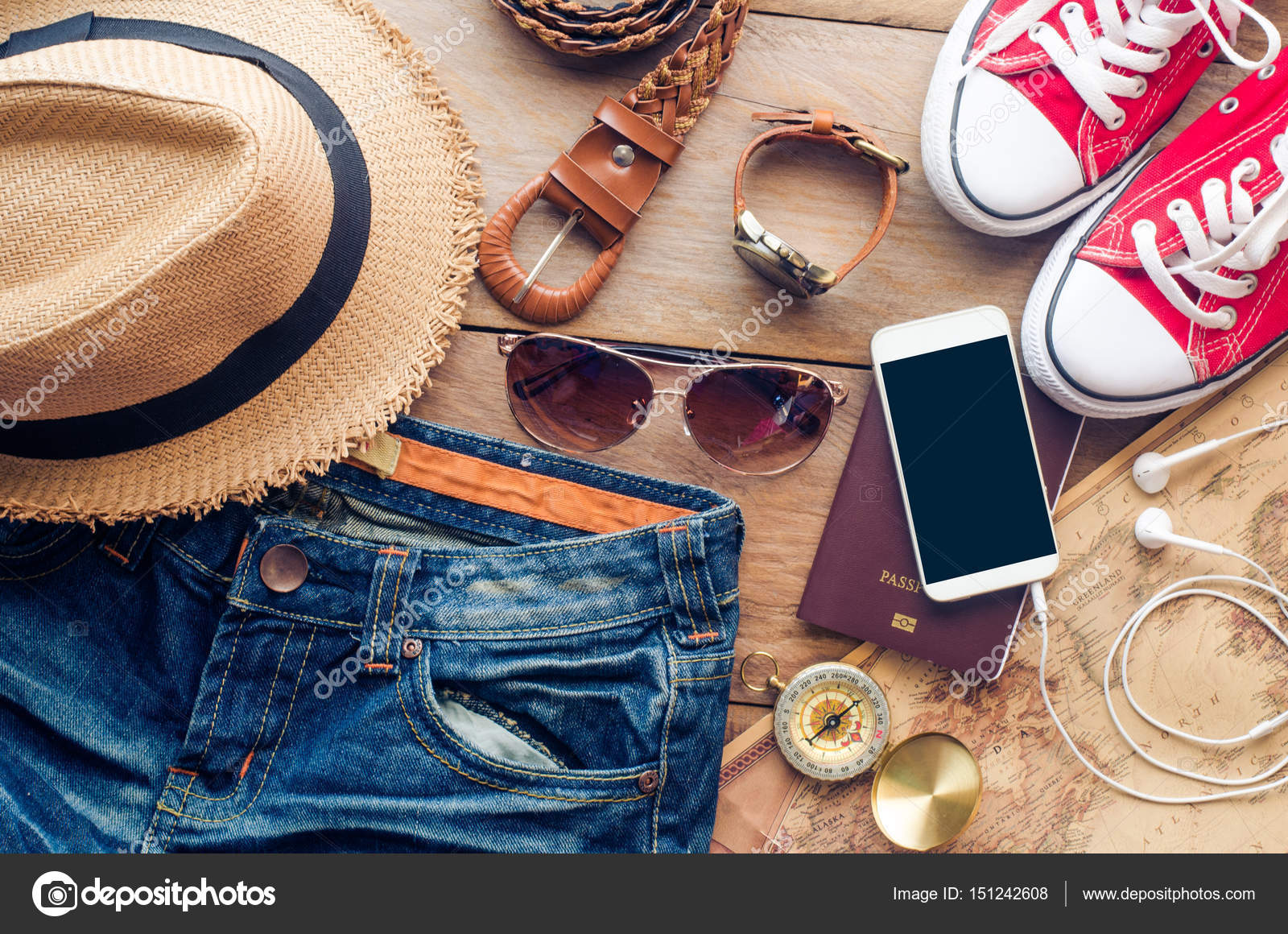 Acessórios para adolescente em suas férias. Chapéu de palha, óculos de sol  à moda, bolsa de couro marrom, sapatos vermelhos e fantasia no piso de  madeira– ... f7d0ace1d6